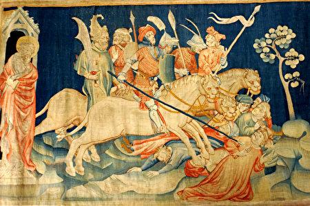 """《启示录》壁毯的一幅,展示了""""七天使吹七号""""场景之第六号吹响后,出现的骑兵与马,马的头好像狮子头,有火、有烟、有硫磺,从马的口中出来,杀了人的三分之一。(维基百科公共领域)"""