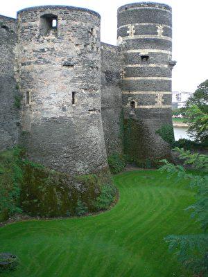 磨坊塔(La tour du moulin)是城堡最高的塔楼,保留原始约40米的高度。(维基百科公共领域)