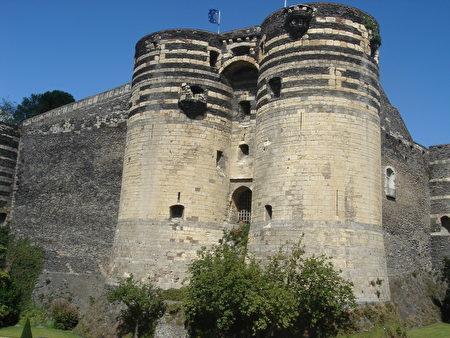 领地大门 (La porte des Champs),在平台上可以看见一个被铁格子封住的洞口,就是过去的投石洞。(维基百科公共领域)