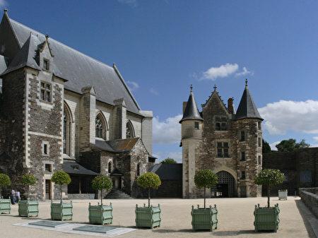 领主内院(la cour seigneuriale)(维基百科公共领域)