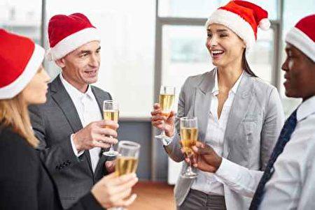虽然派对是让大家放松享受的时刻,但专家提醒,参加公司派对也需要注意一些规则,如果不小心应对可能影响在公司的升迁。(fotolia)