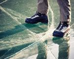 安省去年有2.1万人因滑倒住院。冬天穿防滑鞋非常重要。(Shutterstock)