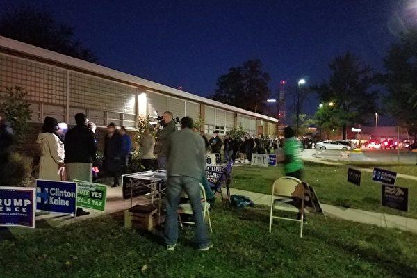 11月8日早晨5點多,兩百餘位選民在維珍尼亞州的一個投票點外排隊等待進入投票。(投票點志願者提供)