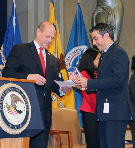 來自玻利維亞的中長跑運動員伊格萊西亞(Fadrique Ignacio Iglesias)宣誓入籍美國。 (亦平/大紀元)