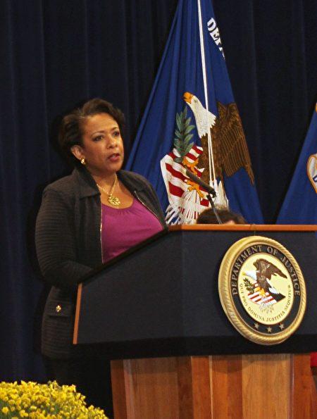 美國司法部長洛雷塔 ·林奇(Loretta Lynch)在入籍典禮上感謝來自全世界這麼多國家的移民把不同的才能帶到美國。 (亦平/大紀元)