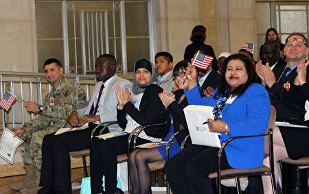 來自阿根廷、德國、俄羅斯、中國、古巴、韓國等國的55位新公民在美國司法部宣誓入籍。(亦平/大紀元)