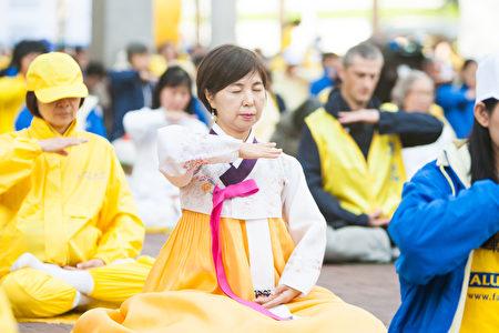 10月22日,張淑在美国旧金山市參加法輪大法活動中的煉功場面。(馬有志/大紀元)