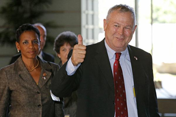 支持當選總統特朗普的第一位國會前議員維吉爾・古德(Virgil Goode),正在支持達納・羅拉巴克(Dana Rohrabacher)擔任國務卿的職位。圖為2013年羅拉巴赫率美國代表團出訪日本。(AFP PHOTO / POOL / Shuji Kajiyama)