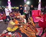 12月25日,印度百萬富翁薩瓦尼(Mahesh Savani)幫助236名印度貧困女孩舉辦了大型婚禮。( AFP PHOTO / SAM PANTHAKY)