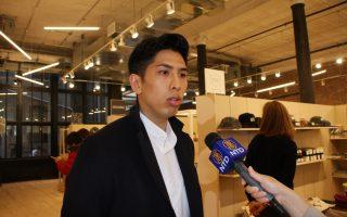 """""""坚尼街市场""""的老板庄建智是在华埠出生、成长的年轻一代。 (蔡溶/大纪元)"""