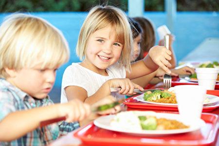 家長也可以教導孩子掌握食物安全的基本常識,一旦發現問題,及時跟校方指出,要求改進(Fotolia)