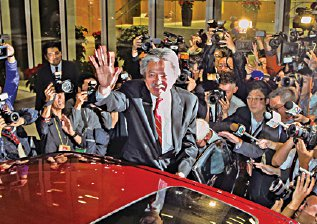 财爷曾俊华前日辞职备选,港大最新民调显示他评分远胜只有35分的梁振英。(大纪元资料图片)