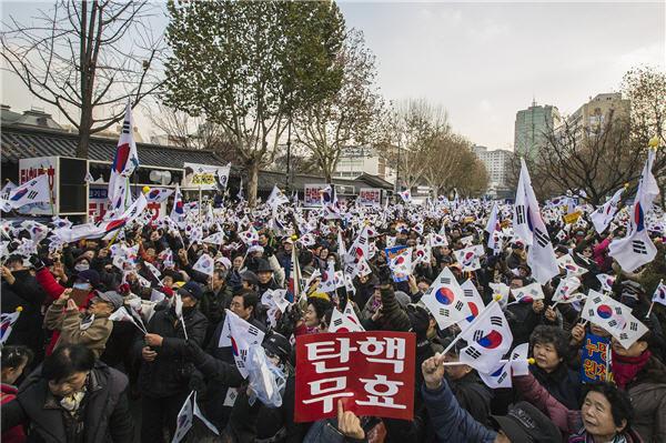 南韓上萬親朴民眾走上街頭:彈劾無效