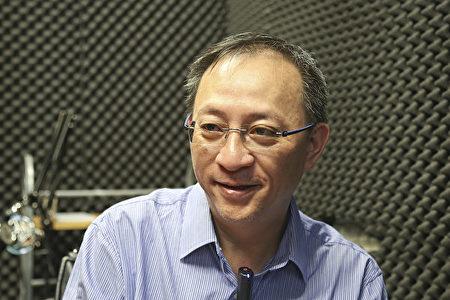 香港网络电台D100主持人杰斯期盼在香港观赏到美国神韵艺术团的演出。(余钢/大纪元)