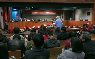 針對近幾個月來飛機改道後,噪音變大的問題,12月6日晚,北加州的桑尼維爾和庫柏蒂諾兩市市民,向庫市市議員反應,尋求市府的幫助,希望美國聯邦航空管理局出面解決。(馬有志/大紀元)