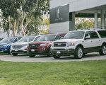 桑尼維爾福特車行外展示的從大到小的SUV車系。(曹景哲/大紀元)