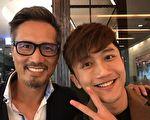 """""""快乐帮""""歌手杨程钧(右)近日成为直播平台的开站大来宾,惊见恩师包小松(左),两人相见欢。(王子音乐提供)"""