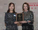 12月10日,獲得第30屆中國傑出民主人士獎的唐荊陵的妻子汪豔芳(左)代夫在舊金山接受由南希‧佩洛西(Nancy Pelosi)的頒獎。(周鳳臨/大紀元)