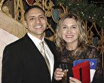 法輪功孤兒的故事打動了音樂教師Nicole Peruzzo女士和男友Dennis Mendoza先生 。(尹婉/大紀元)