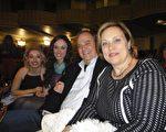 Burton先生帶著太太和兩個女兒觀賞了23日晚的神韻演出。Burton先生說,「看完神韻的感覺很舒心愉悅。」(攝影:滕冬育/大紀元)