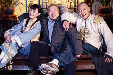 導演丁黑(中)與演員孫儷、何潤東合作《那年花開月正圓》宣傳照。(達騰娛樂提供)
