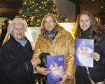 西尔维亚·麻克(Sylvia Makk)女士此次与母亲及女儿一起观看神韵演出。(滕冬育/大纪元)