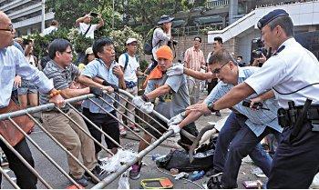 周融的「反佔中大聯盟」2014年10月13日發動近百人手持利器衝擊金鐘道「雨傘運動」集會現場。(大紀元資料圖片)