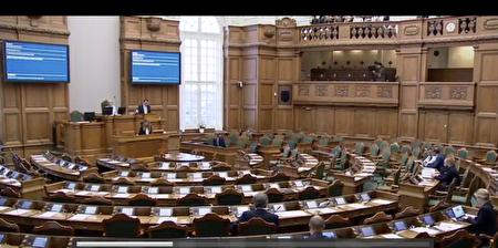 2.2016年12月8日,丹麦议会举行了一场以中共活摘器官罪行为议题的答辩会。图为答辩会现场。(丹麦议会网页录像截图)