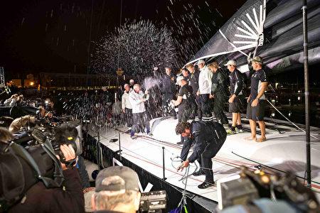 第72屆悉尼-霍巴特帆船赛奪冠的船隻Perpetual LOYAL,抵達終點後船員們開心慶祝。(Heath Holden/Getty Images)