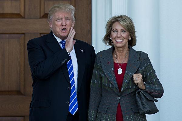 美國候任總統特朗普截至11月30日提名的內閣人選,億萬富翁至少已有三位。圖右為獲特朗普提名身家達51億美元的教育部部長。(Drew Angerer/Getty Images)