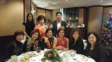 圖:世華女企協會長游慈心恭祝姐妹和嘉賓聖誕快樂。(邱晨/大紀元)