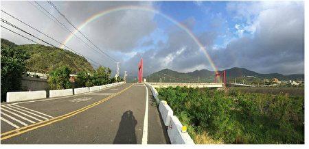 12月21日下午4时许,南台湾二重溪的怀恩桥拍摄到半圆双彩虹天空奇景,(网友吴先生提供)