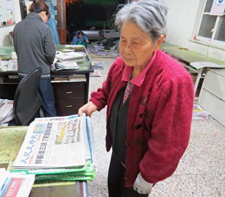 高龄82岁的叶妈妈叶徐银妹,仍是早上在报社帮忙。(徐乃义/提供)