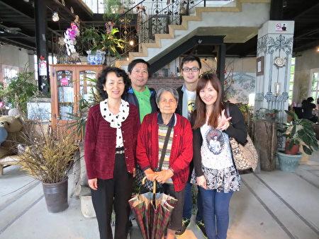 叶志成(右2)和妈妈叶徐银妹(前中)一家人乐融融。(叶志成/提供)