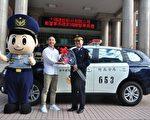 大硯建設總監林帝沅(左)代表公司捐贈巡邏車,竹北派出所所長施華煒(右)受贈,儀式簡單隆重而溫馨 。(賴月貴/大紀元)