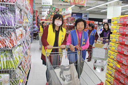 82歲的林長者 在志工陪同下購物。(郭千華/大紀元)