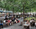 曼哈顿9/11纪念馆附近广场的华裔游客。 (Spencer Platt/Getty Images)