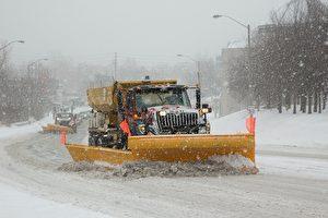大多地区(GTA)迎来了入冬以来的头场豪雪,平均降雪量15~20厘米 (Keith Beaty/Toronto Star via Getty Images)
