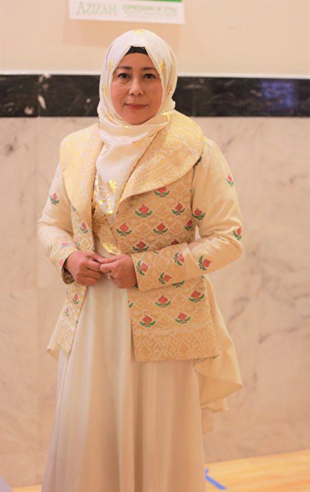 時裝設計師Jeny Tyahyawati。(石玉斌/大紀元)