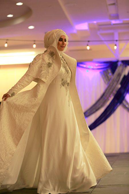 設計師Jeny Tyahyawati設計的時裝。(石玉斌/大紀元)