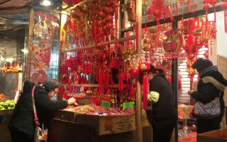 送猴迎鸡 华埠街头鸡年挂饰热