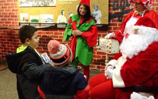「神秘聖誕老人」為三百兒童帶來禮物