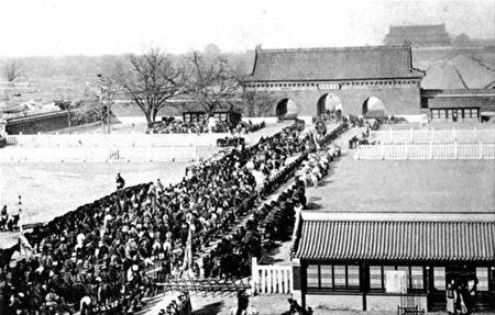 """1902年,光绪慈禧回銮进""""大清门""""(已被拆除)(公有领域)。"""