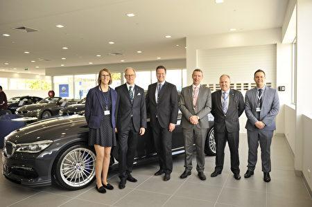 澳洲BMW和ALPINA公司高管在B7 Biturbo Sedan前合影。(安柏超/大紀元)