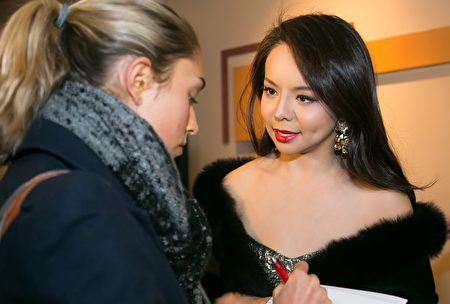 多家西方主流媒体前来关注这部影片的美国首映式。图为女主演林耶凡在接受一家西方媒体采访。(李莎/大纪元)
