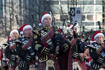 圖:溫哥華一年一度的羅渣士聖誕大遊行12月4日中午在市中心舉行,為城市帶來了節日的喜慶氣氛。(大宇/大紀元)