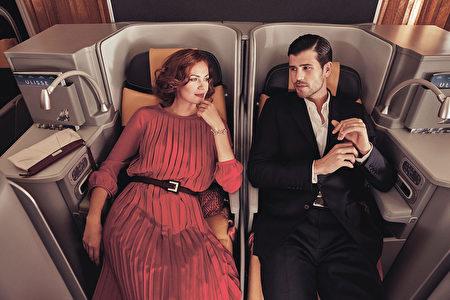 商務艙隨時提供客人喜歡的餐飲。 義大利航空公司的商務艙上的餐飲從2010年開始連續6年獲得了美國國際旅行雜誌《Global Traveller》評選的最優秀機上餐飲獎。(義大利航空)