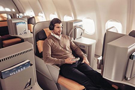 義大利航空商務艙豪華舒適,提供的是義大利美食美酒「隨時用餐」服務,隨時提供客人喜歡的餐飲。(義大利航空)
