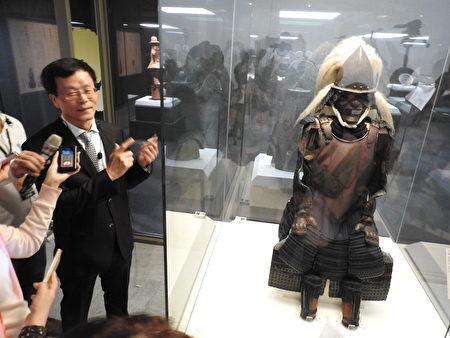 故宫院长林正仪(如图)导览东京博物馆藏安土桃山时代《绀绳南蛮甲胄》。(蔡上海/大纪元)