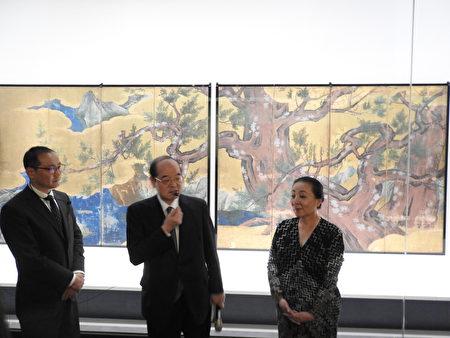东京博物馆馆长钱谷真美(如图)亲自导览东京博物馆藏日本国宝文物《桧图屏风》。(蔡上海/大纪元)